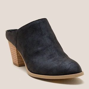 Report Black Pointed Mules